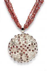 Medalhão de bronze e fio de granadas